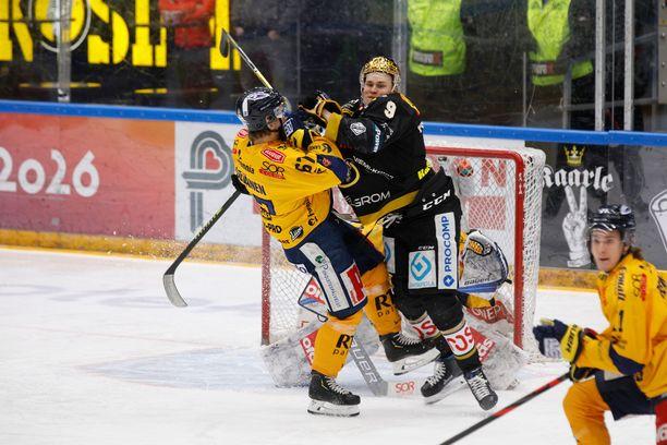 Viime kauden runkosarjan kärkijoukkueet Kärpät ja Lukko kohtasivat toiseksi viimeiseksi jääneellä kierroksella 10. maaliskuuta Oulussa, ja pisteet lähtivät Raumalle maalein 5–1. Kuvassa Jesse Puljujärvi tekee maskia Lukon maalilla Roni Seväsen estelyistä huolimatta.