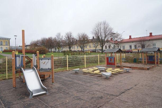 Maanantaiaamuna kärjistynyt tilanne päättyi tänne. Mies vei lapsen luvatta kodistaan läheiseen puistoon, jossa surmasi tämän.