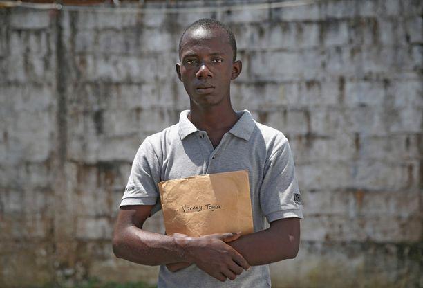Varney Taylor, 26, uskoo sairastuneensa, kun hän kantoi kuolleen tätinsä ruumista tämän hautajaisissa. Taylorilta on kuollut kolme sukulaista ebolaan.