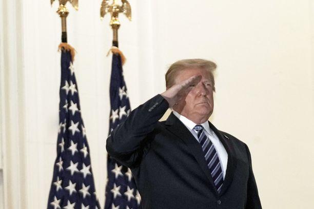 Presidentti Trump pääsi sairaalasta Valkoiseen taloon sairastamaan maanantaina illalla.