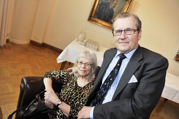 Panu Rajalan kirja Lasinkirkas, hullunrohkea (WSOY 2010) kertoo Aila Meriluodon elämästä ja runoudesta.