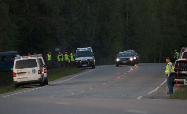 Poliisi ja metsästäjät etsivät karhua. Jalankulku alueella on kielletty.