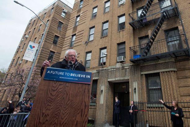 Bernie Sanders puhui lapsuudenkotinsa edustalla Brooklynissa reilu viikko sitten.