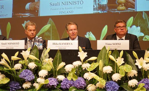 Presidentti Sauli Niinistö (vas.), Etyjin puheenjohtaja Ilkka Kanerva ja ulkoministeri Timo Soini.