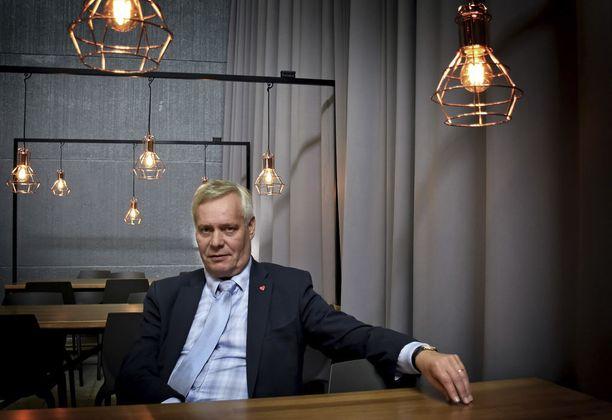 SDP:n puheenjohtaja Antti Rinne sanoo, että lastentarhanopettajien ja muiden matalapalkka-alojen talousahdinkoa voisi korjata verotuskeinoin.