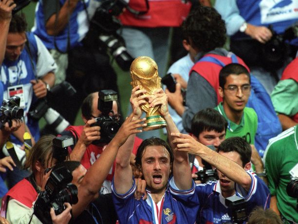 Vuoden 1998 maailmanmestari Christophe Dugarry latasi Lionel Messiä kohtaan täyslaidallisen.