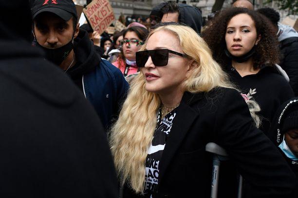 Madonna osallistui myös Black Lives Matter -mielenosoitukseen kainalosauvaan tukeutuen.