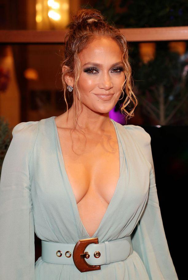 Jennifer Lopez tummassa silmämeikissä LA Film Critics Awards -gaalassa.