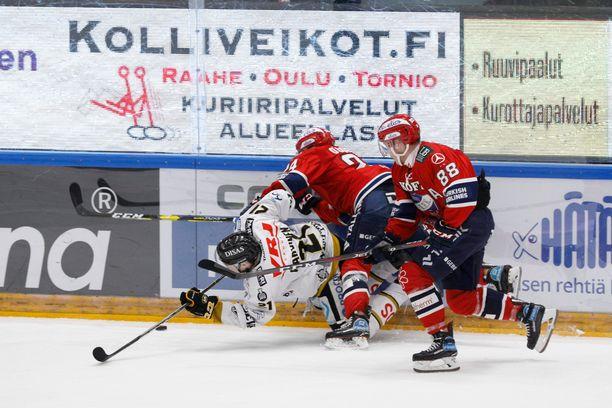 Kärppien Otto Karvinen laitakamppailussa HIFK:n Ryan O'Connorin ja Joonas Raskin kanssa.