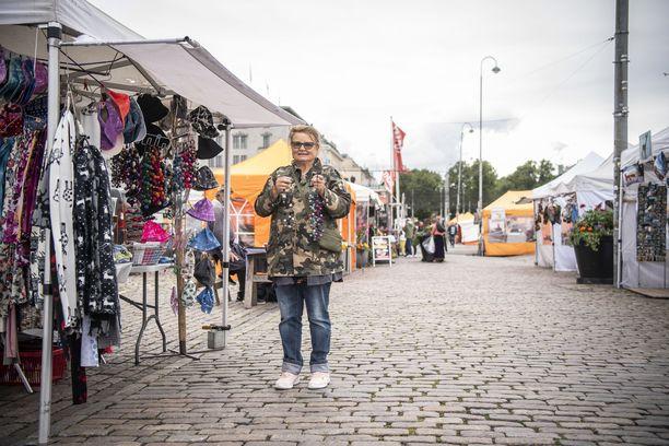 Kauppatorilla torimyyjät todella odottavat ulkomaalaisia turisteja saapuvaksi.
