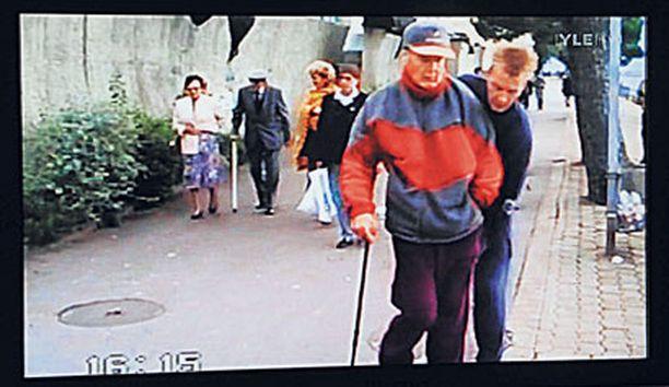 KUUKAUSI KUOLEMAAN A-studion videolla kuvataan huonokuntoista Urpo Lahtista vain 25 päivää ennen hänen kuolemaansa.