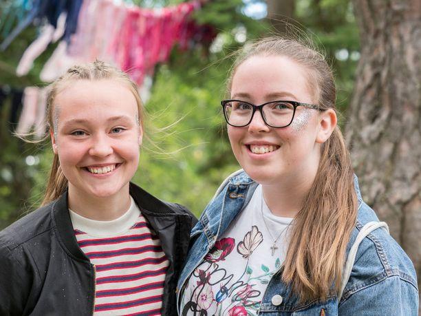"""Sanni Säntti, 18, ja Vilma Antila, 18, Ilmajoki: """"Ystävämme Siiri teki meille nämä glitterit. Ehkä glitter tuo kokonaisuuteen jotain erityistä. Sinulla on jotain, mitä et normaalisti käyttäisi."""""""