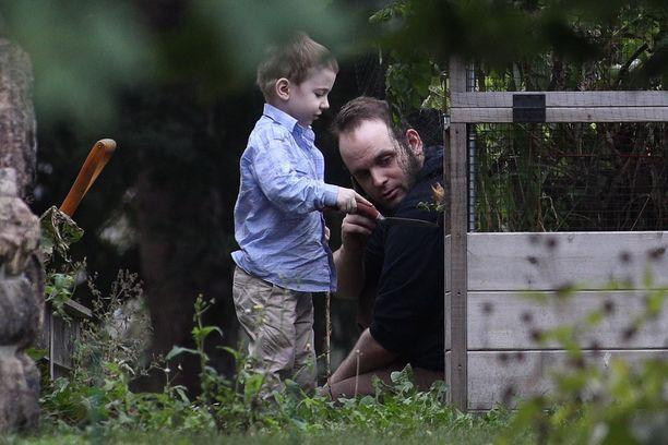Joshua Boyle esikoispoikansa kanssa vanhempiensa puutarhassa Kanadan Smiths Fallsissa viikonloppuna.