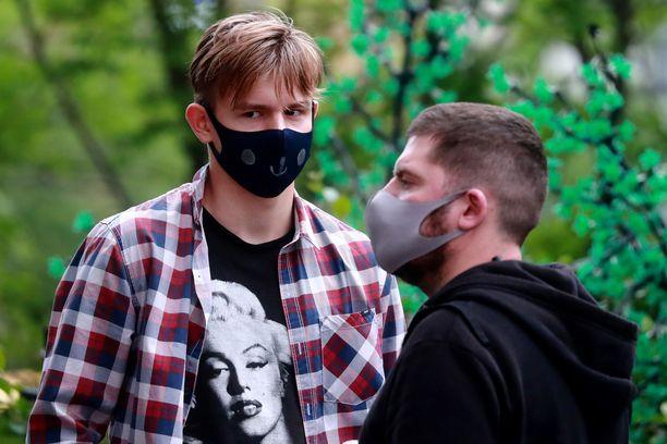Venäläisnuoret yrittävät suojautua koronavirukselta. Maassa on jo yli 400 000 vahvistettua tartuntaa.