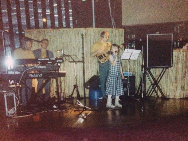 Ensimmäiset esiintymisensä laulaja teki 9-vuotiaana.