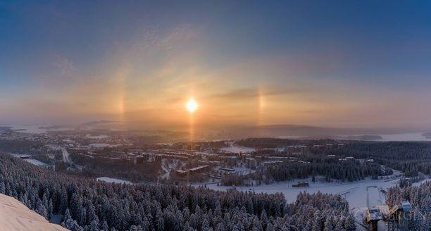 Ala-aurinko kuvattuna Puijon tornista Kuopiossa sunnuntaina päivällä.