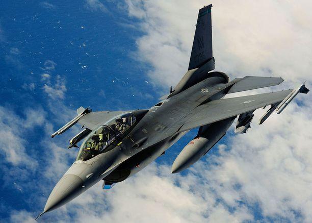 Amerikkalainen F-16 -hävittäjä harjoituslennolla. Kuvituskuva.