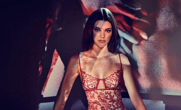Kendall Jenner ei epäröi esiintyä alusvaatekampanjan keulakuvana.