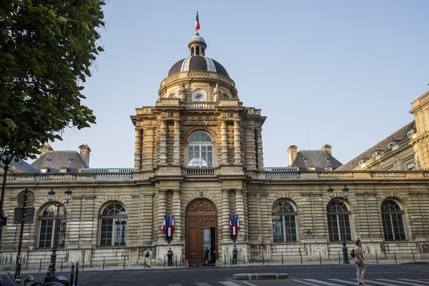 Epäilty työskentelee vanhempana virkamiehenä Ranskan parlamentin ylähuoneessa eli senaatissa.