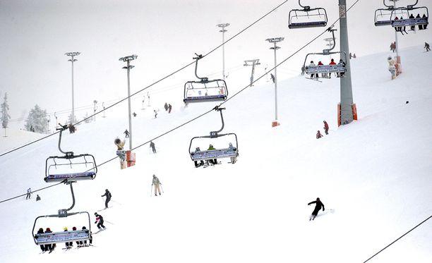 Vuonna 2013 Kittilän silloinen kunnanjohtaja Anna Mäkelä oli mukana järjestämässä Levi Ski Resort Oy:n toimitusjohtaja Jouni Palosaarelle potkuja liittyen Levin hissihankkeeseen.