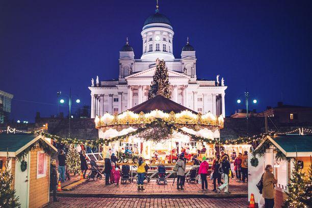 Helsingin suurin joulutori nousee Senaatintorille. Tuomaan markkinoilla pääsee vanhan ajan karusellin kyytiin.
