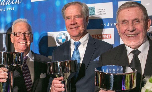 Anssi Kukkonen sai kolme vuotta sitten Urheilugaalassa erikoispalkinnon yhdessä entisten Yle-kollegoidensa Seppo Kannaksen (kuvassa vasemmalla), Pentti Salmen (kuvassa oikealla), Paavo Noposen ja Raimo Häyrisen kanssa.