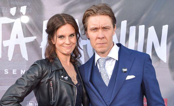 Tuukka Temonen edusti Teit meistä kauniin -elokuvan ensi-illassa vaimonsa Olgan kanssa.