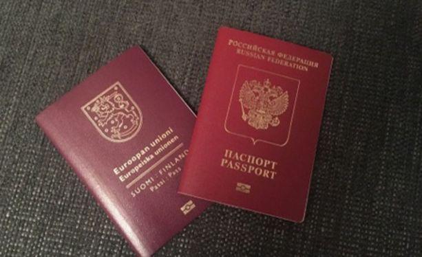 Mies esitti maastalähtötarkastuksessa passinsa, jossa havaittiin rajatarkastuksen yhteydessä kaksi väärää Schengen rajatarkastusleimaa. Kuvituskuvassa Suomen ja Venäjän passit.