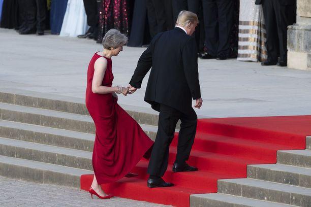Donald Trump talutti Theresa Mayta portaita ylös perjantaina Lontoossa.