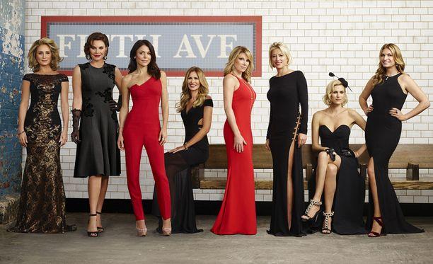 Rivin oikeassa reunassa poseeraavia Kristeniä ja Heatheria ei nähdä kahdeksannella kaudella. Meillä parhaillaan pyörivissä jaksoissa he ovat vielä mukana.