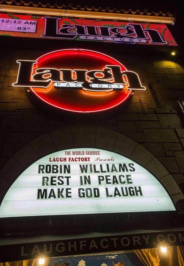 Los Angelesissa, Länsi-Hollywoodissa sijaitseva Laugh-teatteri kunnioitti näytteijän muistoa kirjoittamalla taululleen: Robin Williams, lepää rauhassa. Naurata Jumalaa.