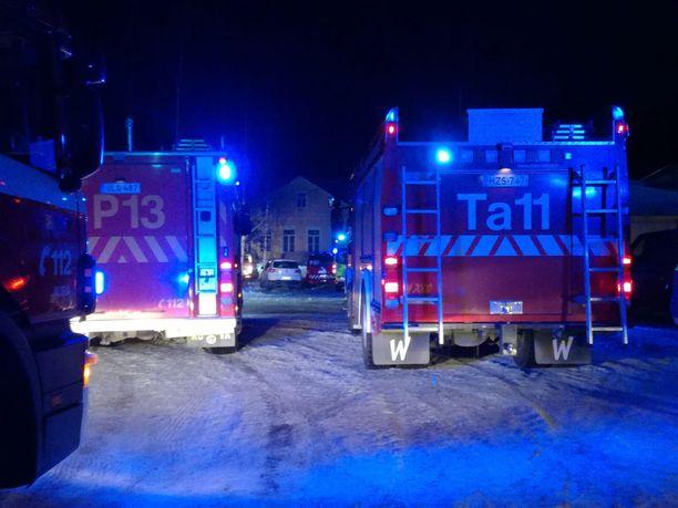 Pöytyän Kyrön koululla oli aamuyöstä useita pelastuslaitoksen yksiköitä.