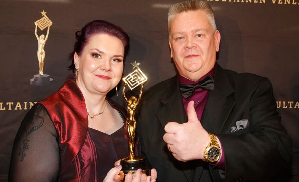 Heli ja Aki Palsanmäki Venla-patsaansa kanssa.