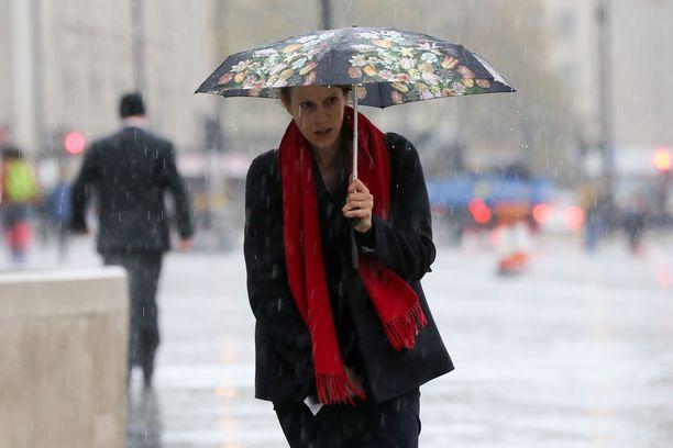 Tiistaina sateenvarjo tulee tarpeeseen. Kuvituskuva.