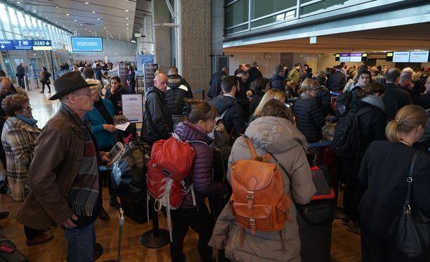 Evakuointi aiheutti pahoja ruuhkia lentokentällä.