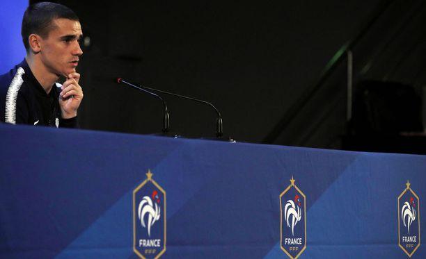 Antoine Griezmann vastaili toimittajien kysymyksiin pressitilaisuudessa Moskovassa. Ranska aloittaa MM-kisaurakkansa lauantaina ottelulla Australiaa vastaan.