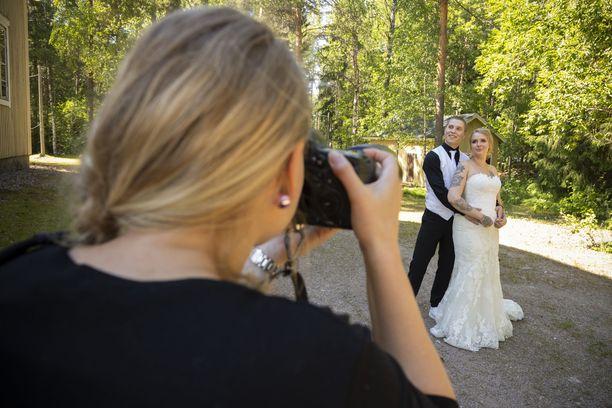 Valokuvaaja Anni Koskela kuvaa hääparia ohjelman mainoksia varten.