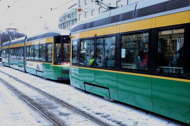 Raitiovaunu ja taksi kolaroivat Kalliossa. Kuvituskuva ei liity tapaukseen.