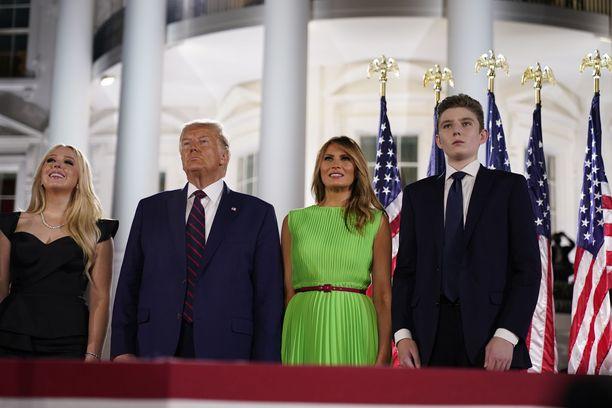 Donald Trump tyttärensä Tiffanyn, vaimonsa Melanian ja nuorimman poikansa Barronin kanssa.
