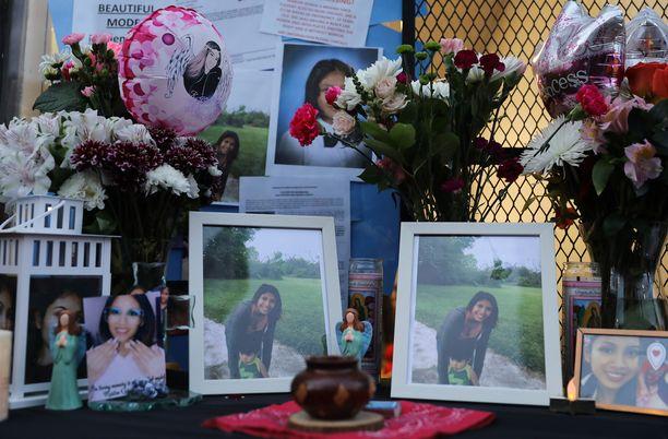 Muistotauluja pystytettiin hius - ja kynsihoitolan eteen, jossa uhrin äiti Raquel Uriosteguin työskentelee.