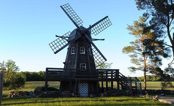 Tarja Teräväisen komealla tuulimyllyllä on yhdeksän metriä korkeutta ja kolme kerrosta.