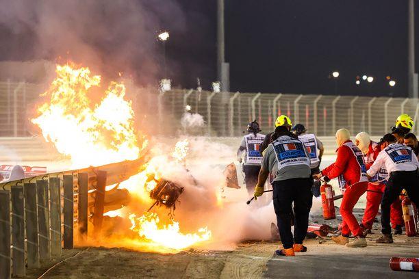 Grosjeanin auto roihusi vielä pitkään senkin jälkeen, kun kuljettaja oli jo pelastautunut autostaan.