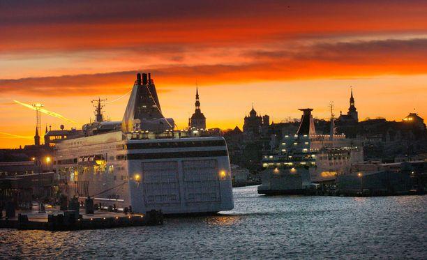 Suomen ja Viron välinen meriliikenne on ollut vuosikymmeniä erittäin vilkasta. Arkistokuva Tallinnan satamasta.