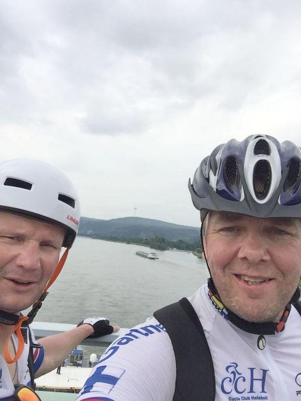 Jari Korpisalo (vas.) ja Petri Varis polkivat kuudessa päivässä yli 600 kilometriä. Heinäkuun 18. päivänä he osallistuvat Porissa Zoom-Icehearts-hyväntekeväisyyspeliin.