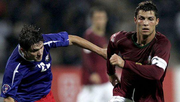 Cristano Ronaldo taistelee pallosta Azerbaidzhanin pelaajaa vastaan.