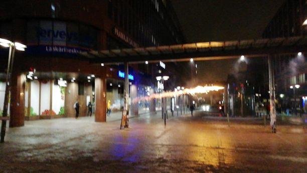Nuoret ampuivat raketteja ihmisiä kohti Helsingin keskustassa myöhään maanantai-iltana.