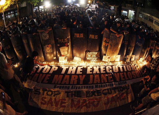 Indonesiassa on pantu täytäntöön viime vuosien aikana useita huumerikoksista tuomittujen teloituksia. Arkistokuvassa vastustettiin filippiiniläisen naisen teloitusta keväällä 2015.