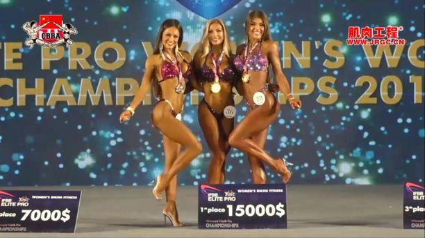 Melina Keltaniemi (kesk.) MM-kulta kaulassa. Hän sai palkinnoksi voitosta myös 15 000 dollaria.