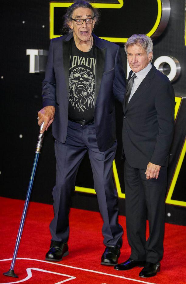 Peter Mayhew tukeutui valomiekaksi naamioituun kävelykeppiin Han Soloa leffassa näyttelevän Harrison Fordin vierellä Lontoon ensi-illassa.