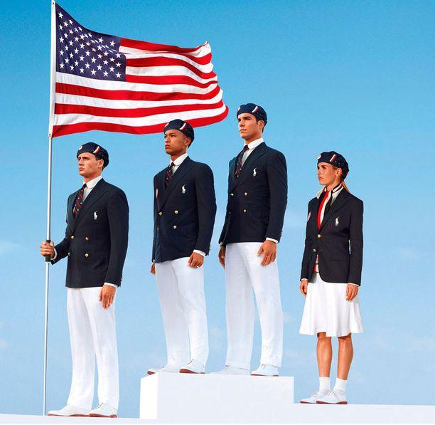 Uimari Ryan Lochte, kymmenottelija Bryan Clay, soutaja Giuseppe Lanzone ja jalkapalloilija Heather Mitts poseeraavat Yhdysvaltain edustusasussa.